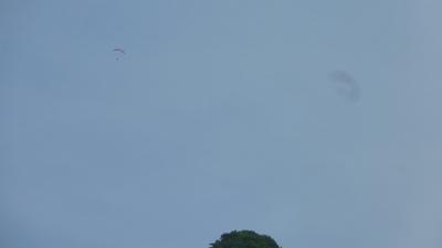 サーマルに乗るパラグライダー
